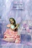 Schönes blondes Mädchen in einem rosa Kleid Stockfoto