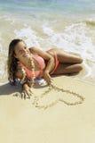 Schönes blondes Mädchen in einem rosafarbenen Bikini Stockfotos