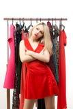 Schönes blondes Mädchen in einem roten Kleid vor a Lizenzfreie Stockfotos