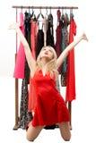 Schönes blondes Mädchen in einem roten Kleid vor a Stockfoto