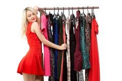 Schönes blondes Mädchen in einem roten Kleid vor a Lizenzfreie Stockfotografie