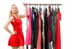 Schönes blondes Mädchen in einem roten Kleid vor a Lizenzfreies Stockbild