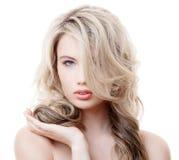 Schönes blondes Mädchen. Gesundes langes gelocktes Haar. Stockfotos