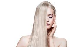 Schönes blondes Mädchen. Gesundes langes Haar Lizenzfreies Stockfoto
