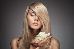 Schönes blondes Mädchen. Gesundes langes Haar. Lizenzfreie Stockfotos
