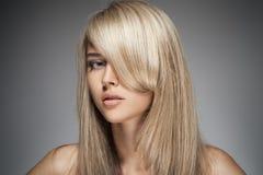Schönes blondes Mädchen. Gesundes langes Haar. Lizenzfreies Stockbild