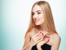 Schönes blondes Mädchen Gesundes langes Haar Lizenzfreie Stockfotos