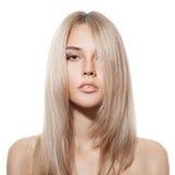 Schönes blondes Mädchen. Gesundes langes Haar. Weißer Hintergrund Stockfotos