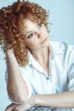 Schönes blondes Mädchen Gesundes langes lockiges Haar Attraktive Junge Stockfoto
