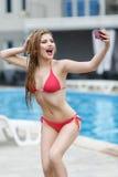 Schönes blondes Mädchen im Badeanzug, der selfie tut Lizenzfreies Stockbild
