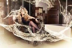 Schönes blondes Mädchen im Badezimmer Lizenzfreies Stockbild