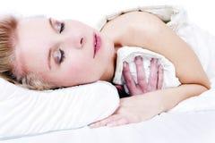 Schönes blondes Mädchen im Bett. Lizenzfreie Stockfotografie