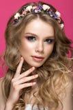 Schönes blondes Mädchen im Bild der Braut mit purpurroten Blumen auf ihrem Kopf Schönes lächelndes Mädchen Stockbilder