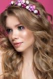 Schönes blondes Mädchen im Bild der Braut mit purpurroten Blumen auf ihrem Kopf Schönes lächelndes Mädchen Lizenzfreie Stockfotografie