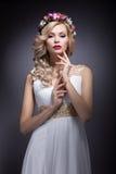 Schönes blondes Mädchen im Bild einer Braut mit Blumen in ihrem Haar Schönes lächelndes Mädchen Stockfotografie