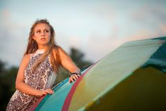 Schönes blondes Mädchen im ethnischen Kleid Lizenzfreies Stockfoto