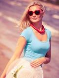 Schönes blondes Mädchen im Hut auf Strand Stockbilder