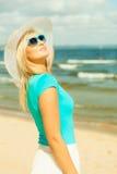 Schönes blondes Mädchen im Hut auf Strand Stockfotografie