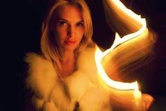 Schönes blondes Mädchen im Kerzenlicht Stockfoto