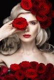Schönes blondes Mädchen im Kleid und im Hut mit Rosen, klassisches Make-up, Locken, rote Lippen Schönes lächelndes Mädchen Stockbilder