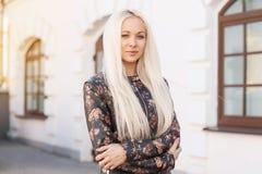 Schönes blondes Mädchen im Lederjackefrühjahr Stockfotos