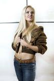 Schönes blondes Mädchen im Pelz Stockfotos