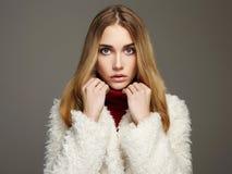 Schönes blondes Mädchen im Pelz Stockfoto