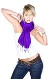 Schönes blondes Mädchen im purpurroten Schal Lizenzfreies Stockfoto