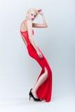 Schönes blondes Mädchen im roten Kleid Stockfotos