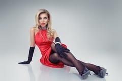 Schönes blondes Mädchen im roten Kleid Lizenzfreie Stockfotos