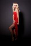 Schönes blondes Mädchen im roten Kleid Stockfotografie