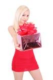 Schönes blondes Mädchen im roten Kleidholding-Geschenkkasten Lizenzfreies Stockfoto