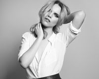 Schönes blondes Mädchen im Studio, einfarbig Stockbilder