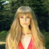 Schönes blondes Mädchen im Wald Stockfotografie