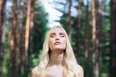 Schönes blondes Mädchen im Wald Stockfoto