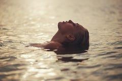 Schönes blondes Mädchen im Wasser Stockfoto