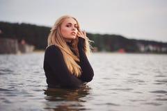 Schönes blondes Mädchen im Wasser Lizenzfreies Stockbild
