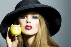 Schönes blondes Mädchen mit Apfel Lizenzfreies Stockfoto