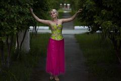 Schönes blondes Mädchen mit Bäumen, weißes Kleid Stockfotos