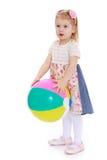 Schönes blondes Mädchen mit Ball in der Hand auf Lizenzfreie Stockbilder