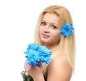 Schönes blondes Mädchen mit blauen Blumen Lizenzfreies Stockfoto