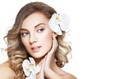 Schönes blondes Mädchen mit Blume Lizenzfreies Stockfoto