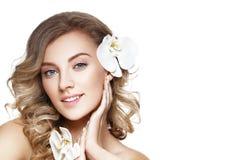 Schönes blondes Mädchen mit Blume Lizenzfreies Stockbild
