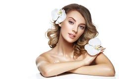 Schönes blondes Mädchen mit Blume Lizenzfreie Stockfotografie