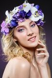 Schönes blondes Mädchen mit Blumen Stockfoto