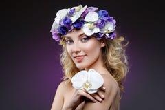 Schönes blondes Mädchen mit Blumen Lizenzfreie Stockfotos
