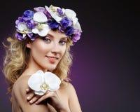 Schönes blondes Mädchen mit Blumen Lizenzfreies Stockfoto