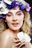 Schönes blondes Mädchen mit Blumen Lizenzfreies Stockbild