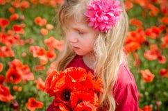 Schönes blondes Mädchen mit Blumen Stockfotografie