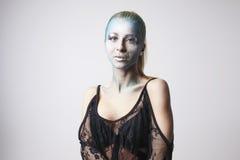 Schönes blondes Mädchen mit bodyart auf dem Gesicht lokalisiert Lizenzfreie Stockfotos
